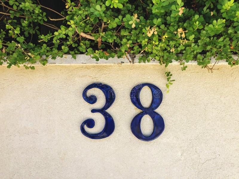 Nummer 38 op de voorzijde van het huis, sluit omhoog stock fotografie