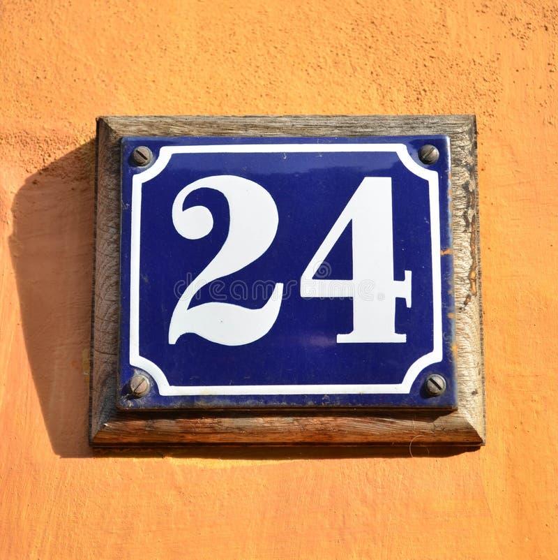 Nummer 24 op huismuur stock afbeelding