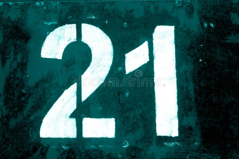 Nummer 21 in stencil op metaalmuur in cyaantoon royalty-vrije illustratie