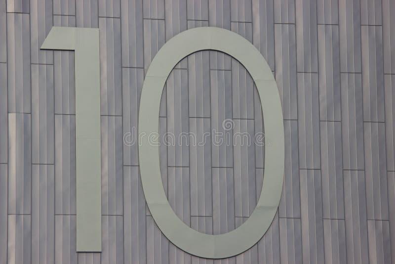 Nummer tio på en grå metallbakgrund Olika material tillsammans beräkning royaltyfri bild