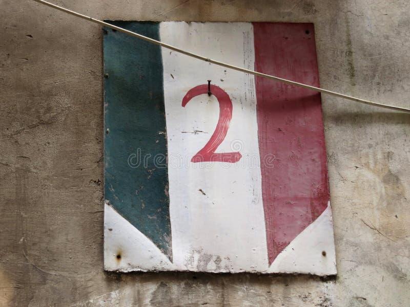 Nummer twee op een schild van op een Italiaans huis wordt geschilderd dat stock foto's