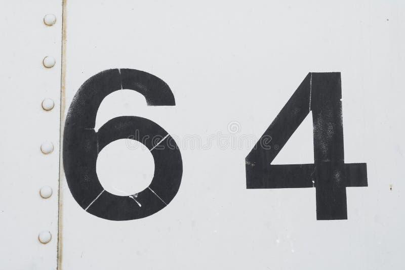 Nummer 64 vierenzestig witte oude metaaltextuur als achtergrond stock foto's