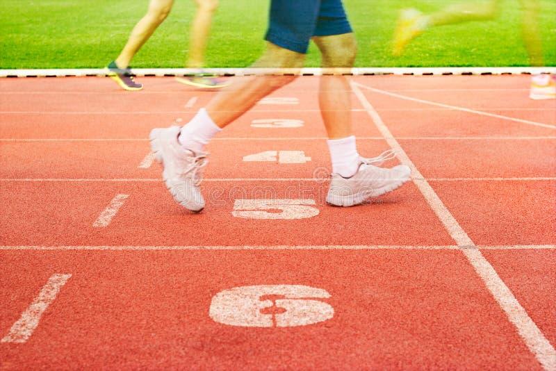 Nummerieren Sie die Wegbahn und Athleten, die auf Zahlwegen, Doppelbelichtung laufen stockfotografie
