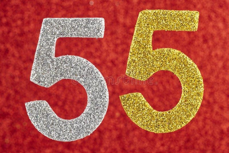 Nummerieren Sie fünfundfünfzig silbernes Gold über einem roten Hintergrund jahrestag lizenzfreies stockfoto