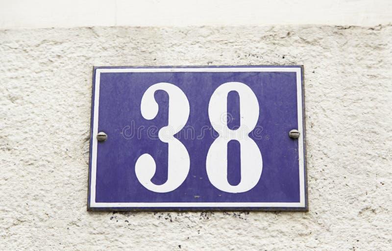 Numnero τριάντα οκτώ στον τοίχο ενός σπιτιού στοκ φωτογραφία