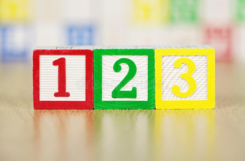 Numren 123 i alfabetbyggnadsblock arkivfoton