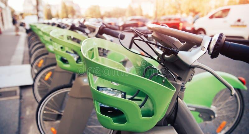Numret av cyklar är på parkering för hyra vid contactless betalning för turister royaltyfri foto