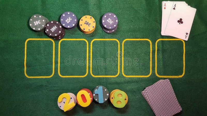 Numret 2018 på tabellen som spelar poker med kort och pokerchiper arkivfoton