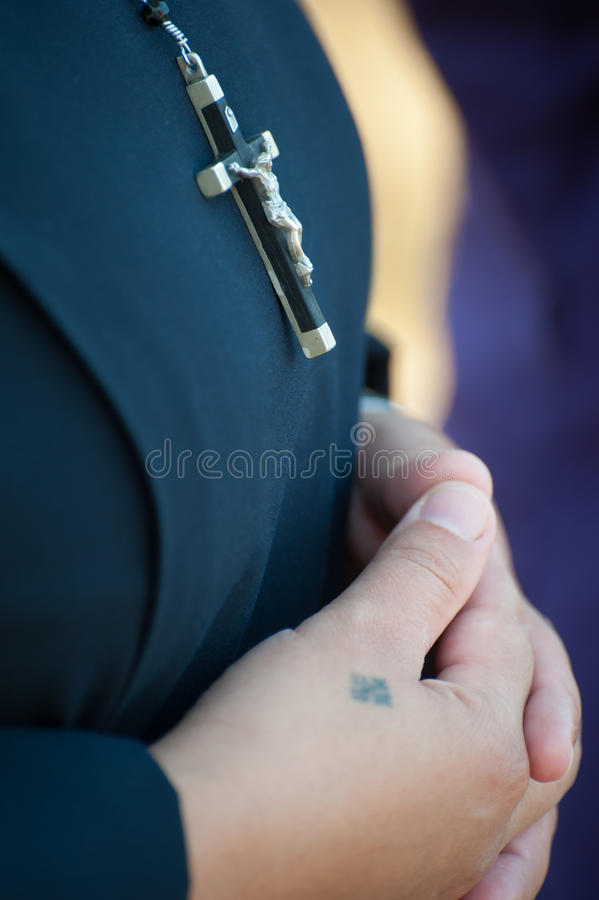 Free Nun Praying With Crucifix Stock Images - 28346174