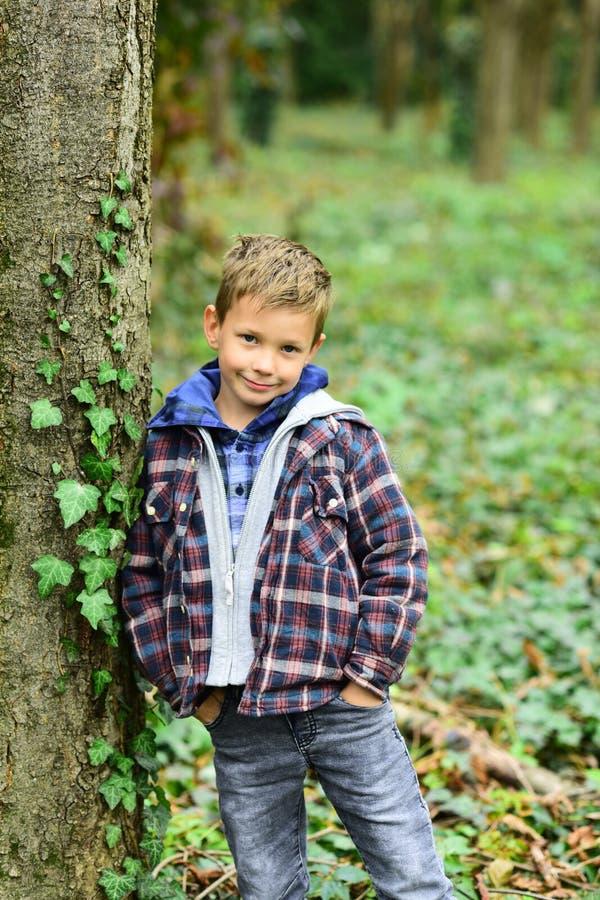 Nunca consigo cansado de la sonrisa Muchacho feliz sonriente Niño pequeño que sonríe en pequeño niño del bosque con la sonrisa ad fotografía de archivo libre de regalías
