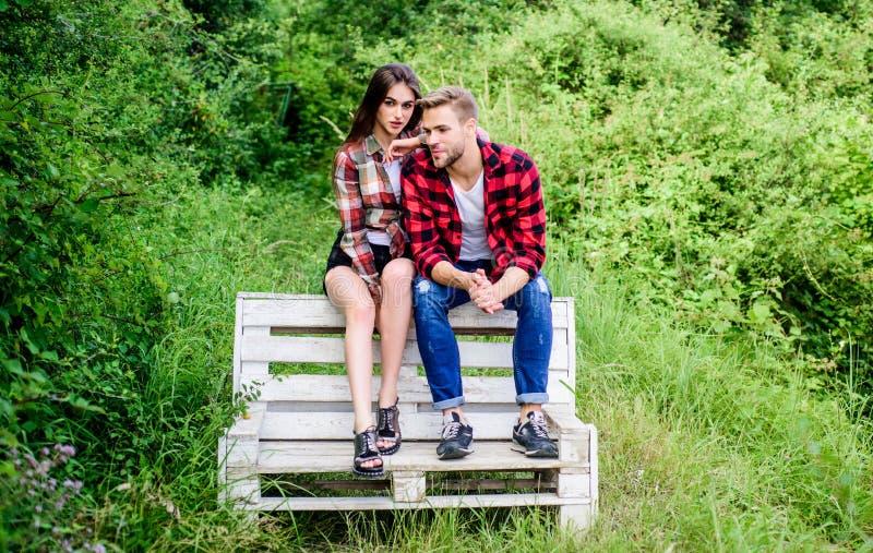 Nunca me deixe ir casal apaixonado fim de semana da família data romântica homem com garota no parque Dia dos Namorados Felizes v fotos de stock royalty free