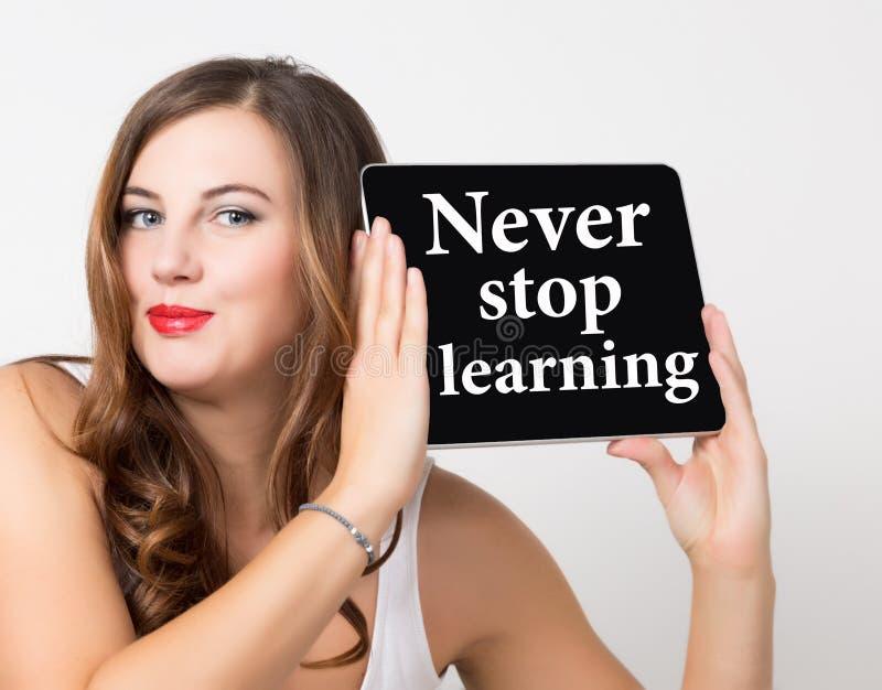 Nunca pare a aprendizagem escrita na tela virtual Conceito da tecnologia, do Internet e dos trabalhos em rede mulher bonita com d imagem de stock