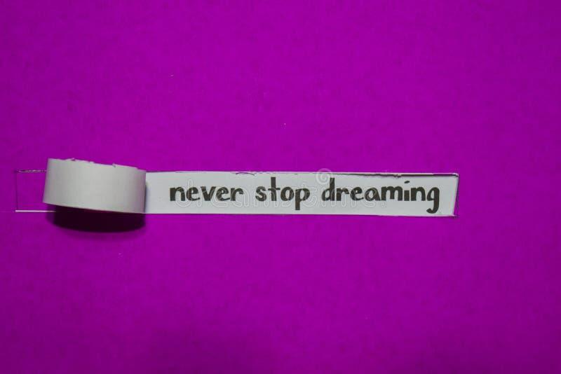 Nunca pare de conceito sonhar, de inspiração, de motivação e de negócio no papel rasgado roxo fotos de stock