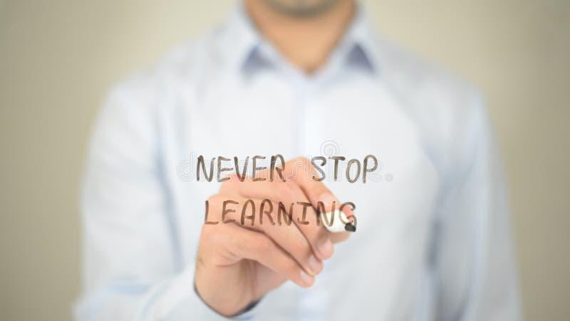 Nunca pare el aprender, escritura del hombre en la pantalla transparente foto de archivo