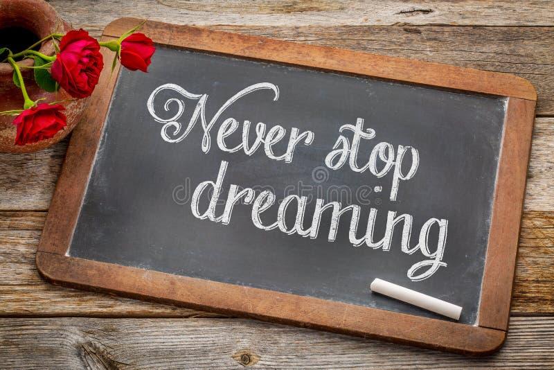 Nunca pare el soñar en la pizarra imagen de archivo