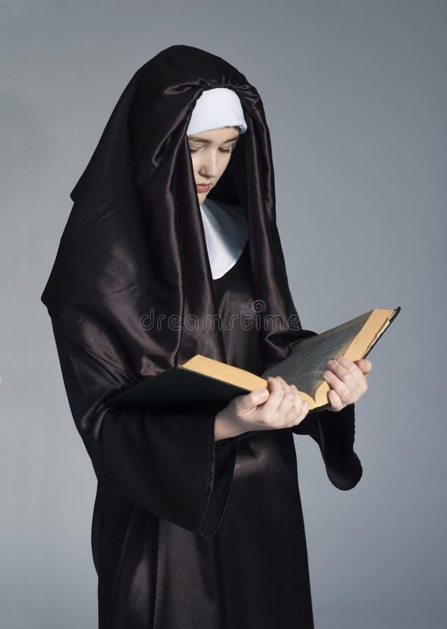 Nunna med bibeln arkivbild