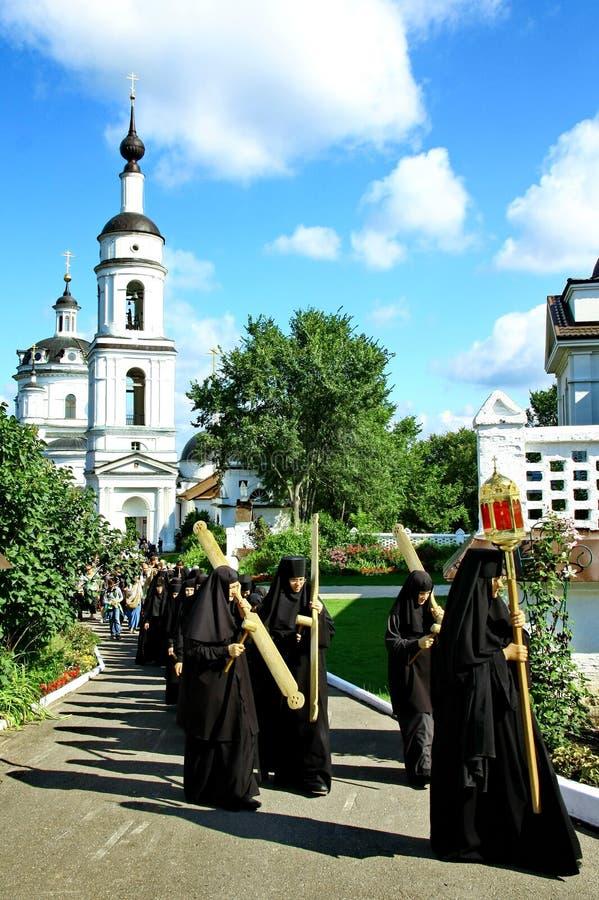 Nunnatagandedel i den religiösa processionen royaltyfri fotografi