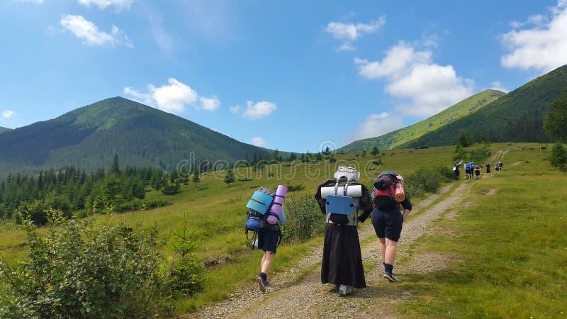Nunnorna går att fotvandra i bergen royaltyfri foto