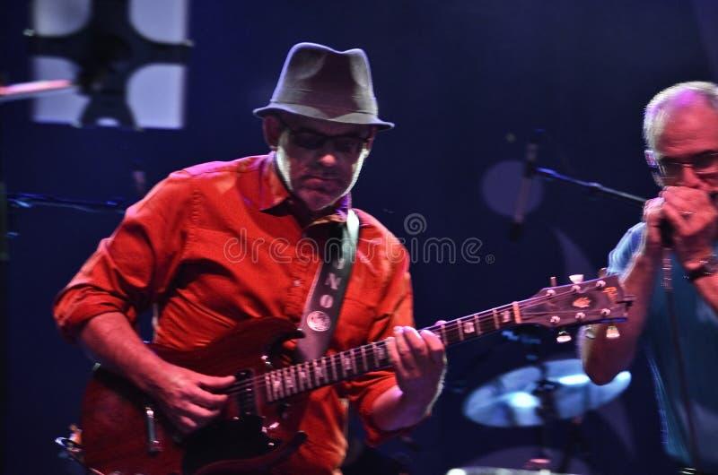 Nuno mendelis bawić się gitarę przy Montreal festiwalem jazzowym zdjęcia royalty free