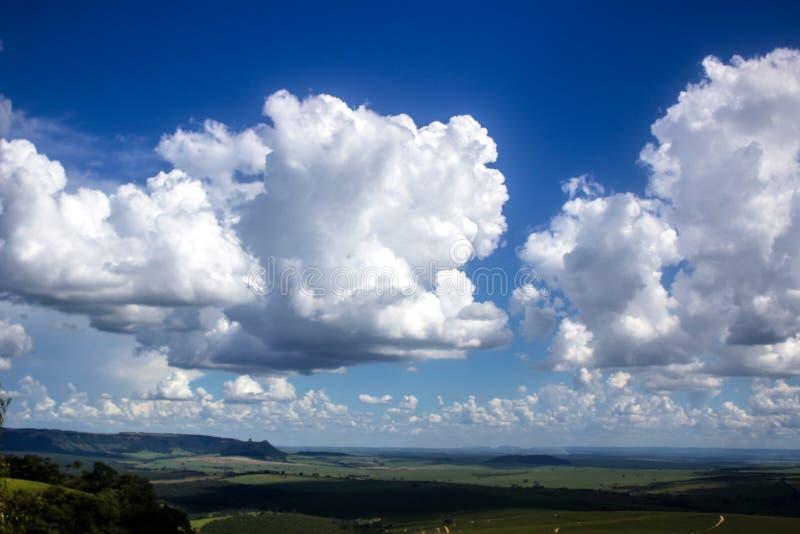 Nunves hermosos en cielo foto de archivo