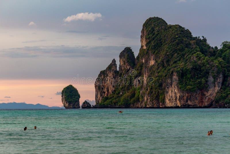 Nuotando al tramonto Koh Phi Phi fotografia stock libera da diritti