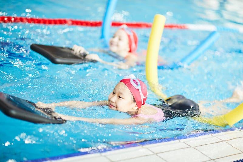 Nuotando con i dispositivi fotografie stock libere da diritti