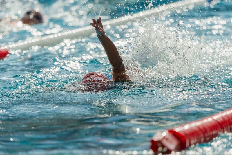 Nuotando nello stagno dell'onda al centro sanitario della palestra, l'acqua spruzza immagine stock libera da diritti
