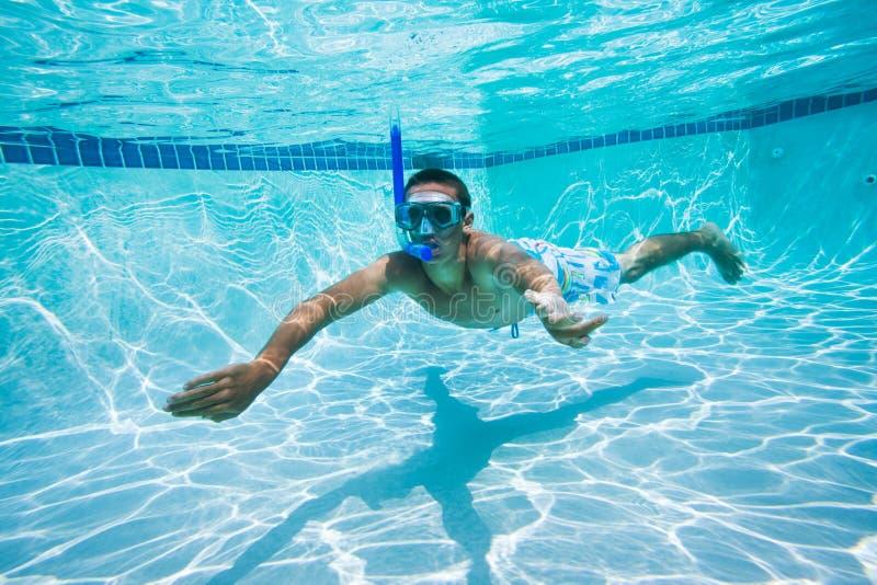 Nuotando sotto l'acqua in raggruppamento fotografia stock