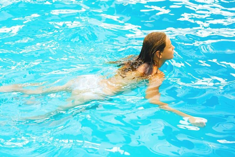 Nuotando in un'acqua verde blu del raggruppamento fotografie stock libere da diritti