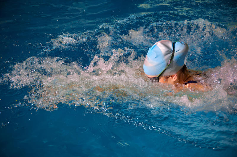 Nuotatore della giovane donna immagine stock libera da diritti