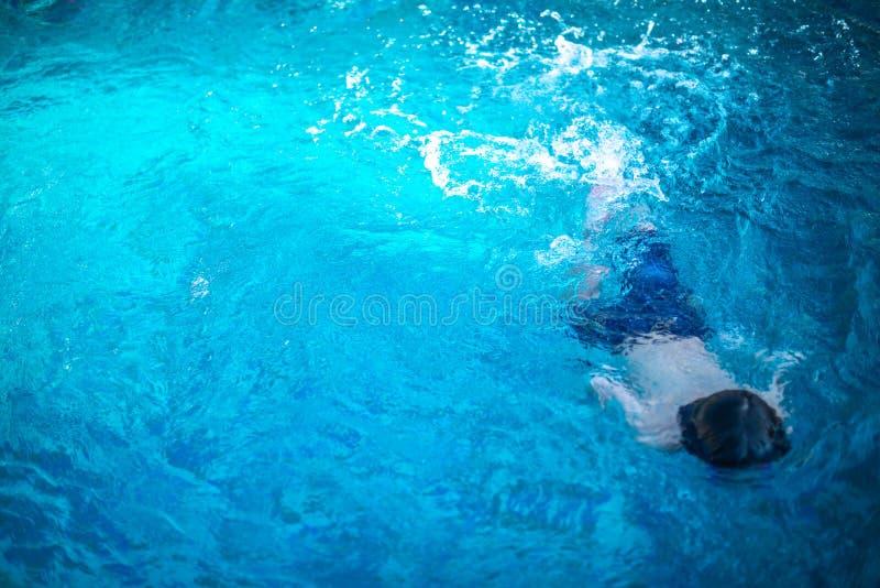 Nuoto dei piccoli bambini subacqueo in stagno fotografia stock libera da diritti