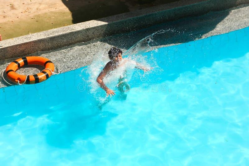Nuoto del bambino allo stagno immagine stock libera da diritti