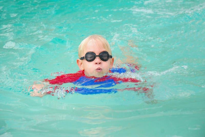 Nuoto del ragazzo immagini stock