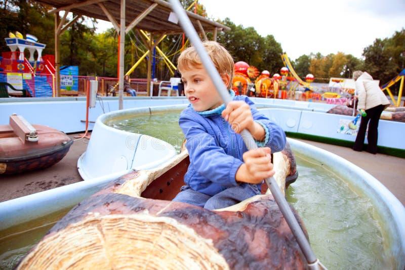 Nuoto Del Ragazzo Dell Attrazione Nella Barca Fotografia Stock Libera da Diritti