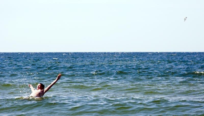 Nuoto del ragazzo nel mare immagine stock libera da diritti