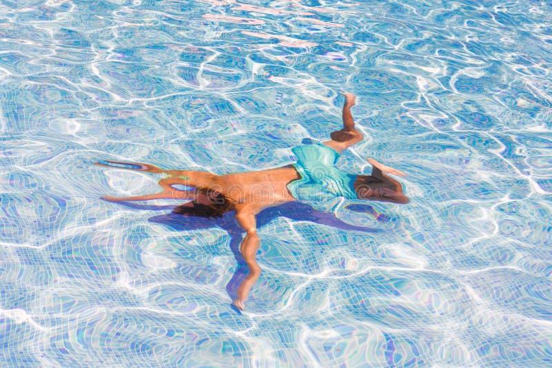 Nuoto del ragazzo nello stagno fotografia stock libera da diritti