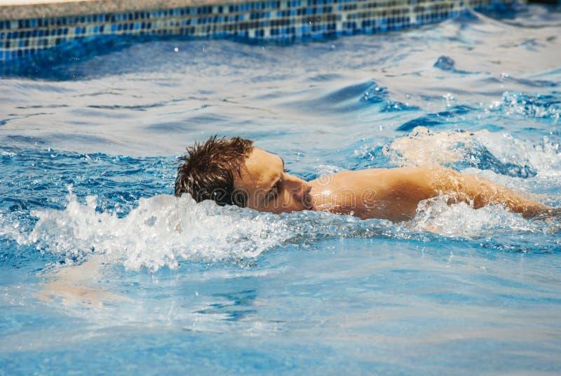 Nuoto del treno del nuotatore del giovane nella piscina fotografie stock libere da diritti