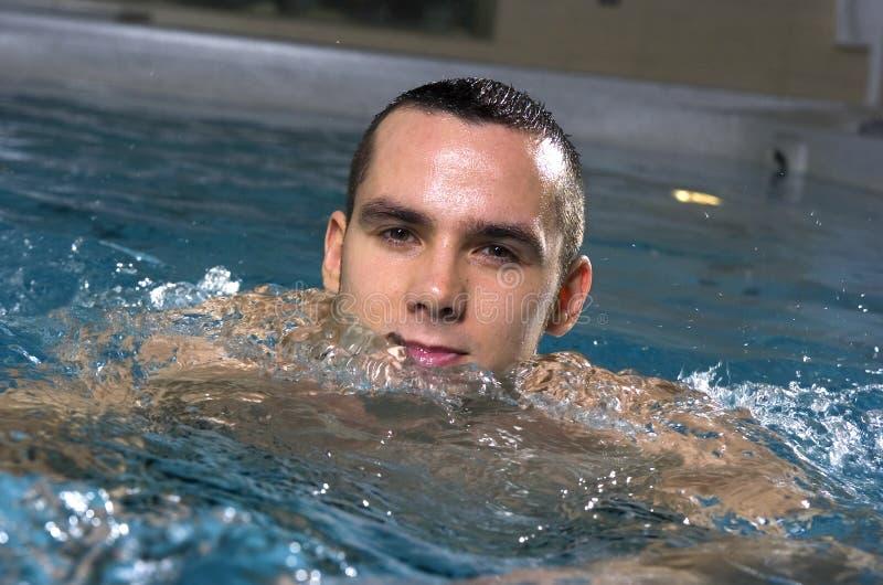 Nuoto dell'uomo immagini stock libere da diritti