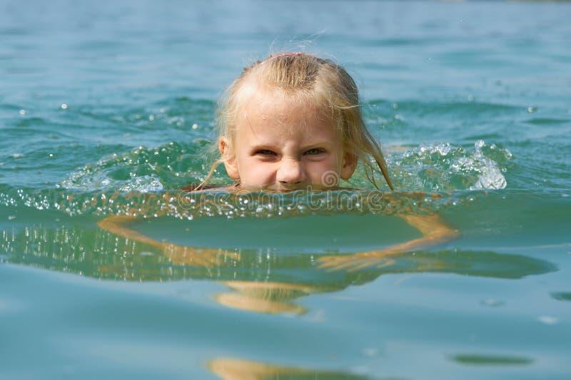 Nuoto della bambina nel lago fotografia stock