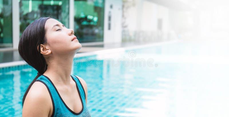 Nuoto della donna di vacanza di viaggio della Tailandia che si rilassa allo stagno di lusso fotografia stock libera da diritti