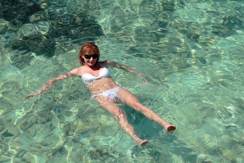 Nuoto della donna in Maldive immagine stock libera da diritti