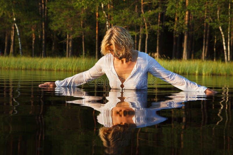 Nuoto della donna nel lago fotografie stock