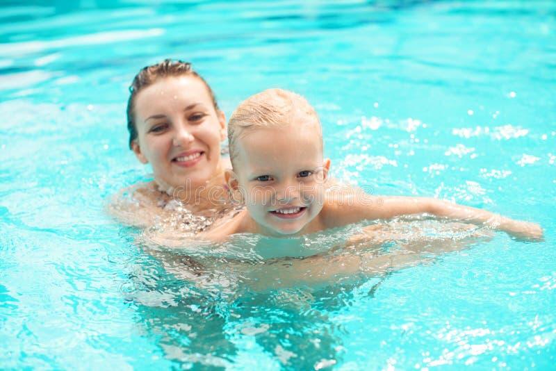 Nuoto Della Famiglia Fotografia Stock Libera da Diritti