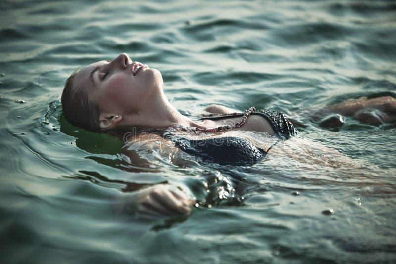 Nuoto della giovane donna fotografie stock