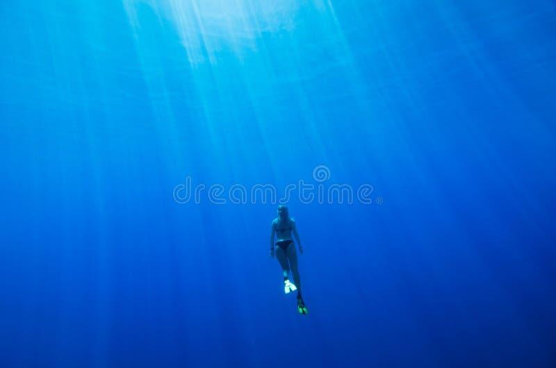 Nuoto della ragazza subacqueo fotografia stock