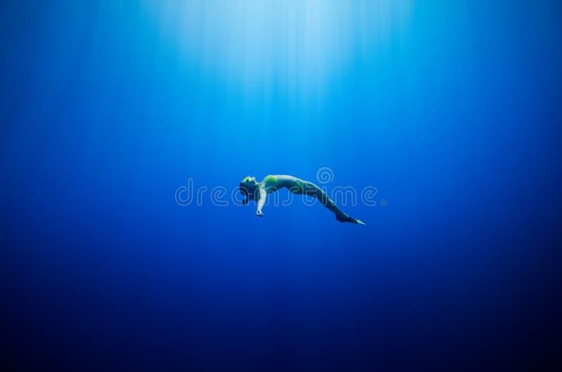 Nuoto della ragazza subacqueo fotografia stock libera da diritti