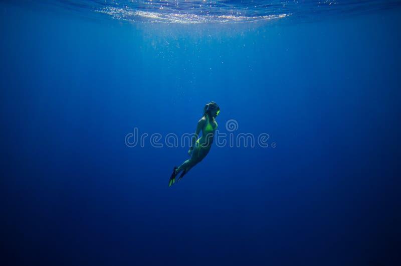 Nuoto della ragazza subacqueo immagini stock libere da diritti