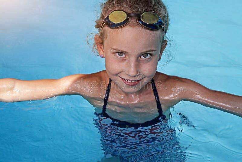 Nuoto della ragazza in uno stagno fotografie stock