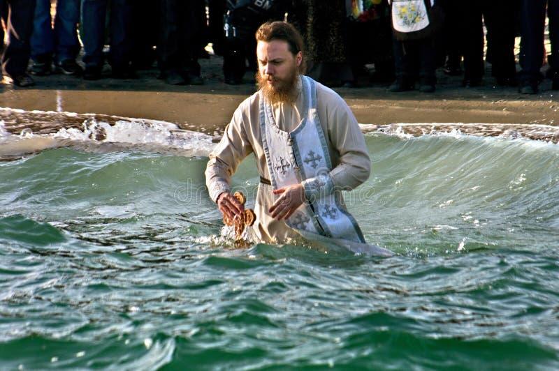 Nuoto di Peopls in acqua ghiacciata Mar Nero durante l'epifania (battesimo santo) nella tradizione ortodossa immagini stock libere da diritti
