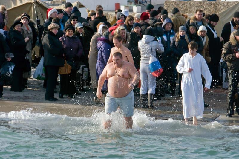 Nuoto di Peopls in acqua ghiacciata Mar Nero durante l'epifania (battesimo santo) nella tradizione ortodossa immagine stock libera da diritti